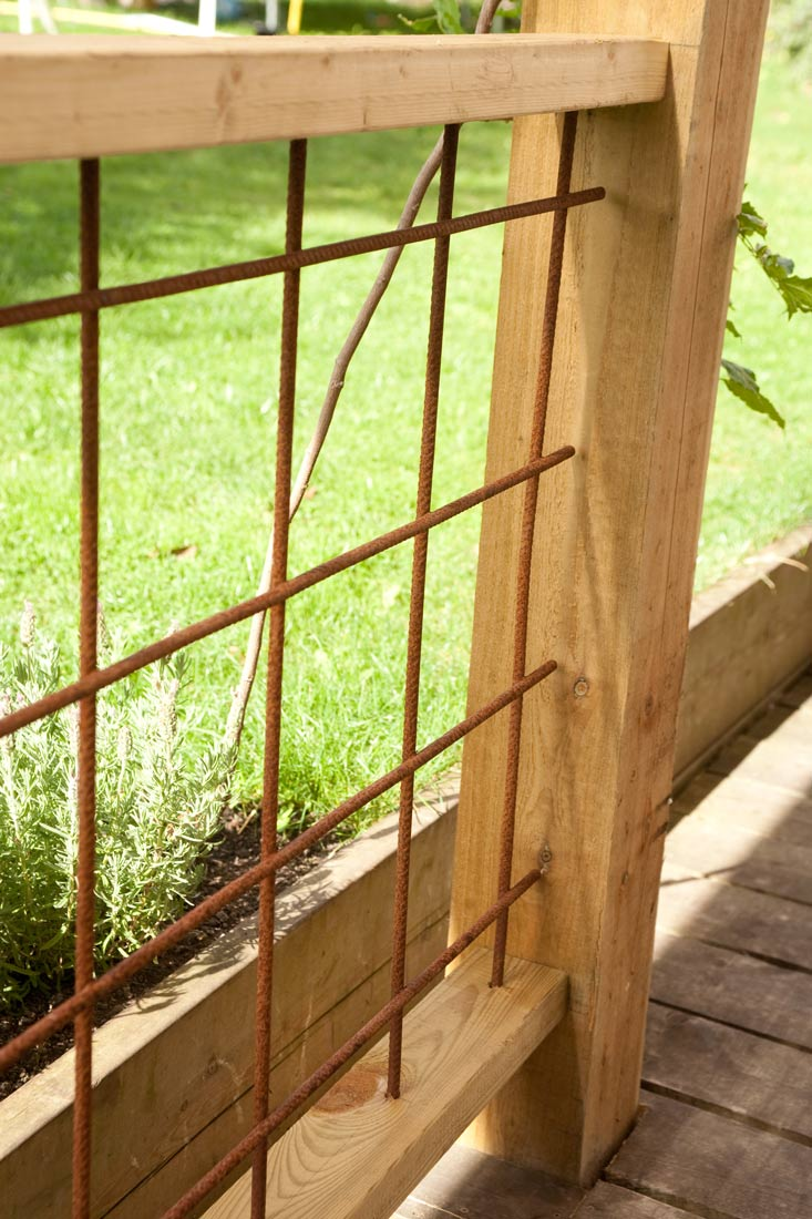 Clever use of rebar to create a trellis screen